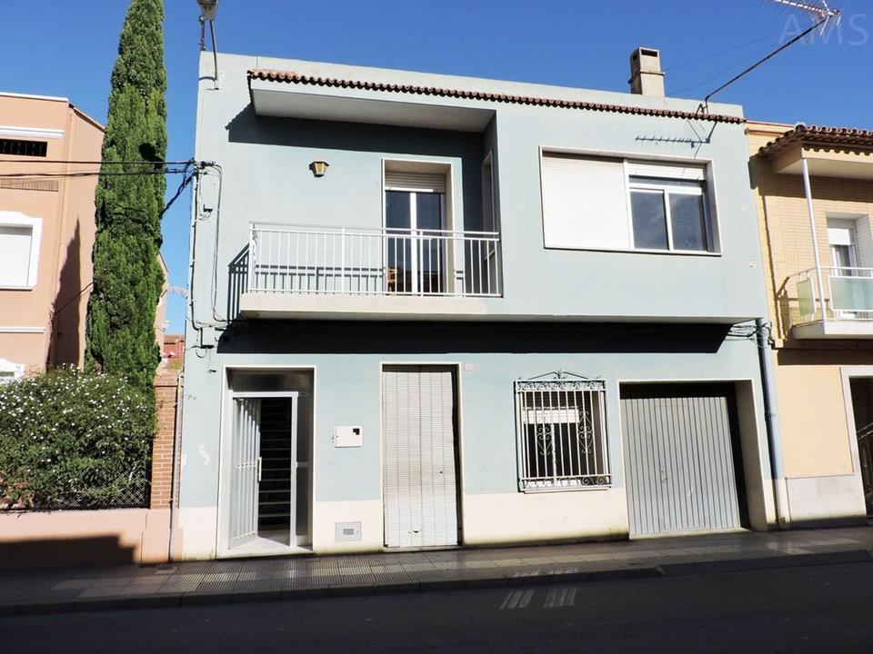 Town house for sale in Pedreguer with spacious inner courtyard.  The top floor is a magnificent hous,Spain