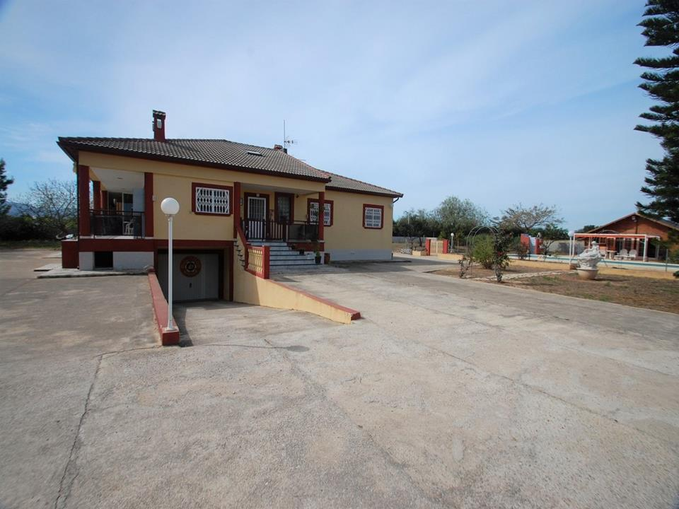 This country house is situated in a quiet area in Els Poblets and is in good condition. It is only 7, Spain