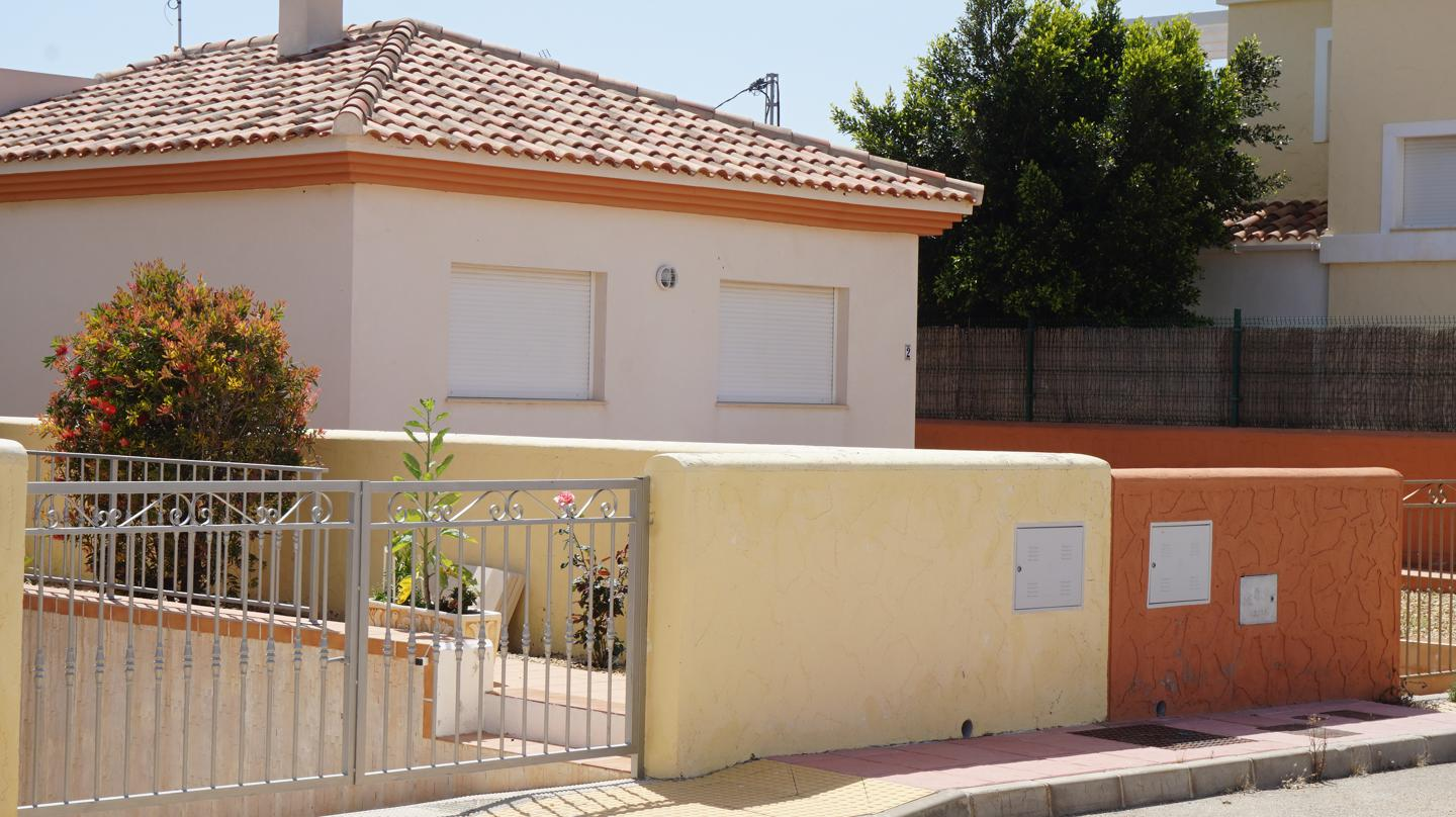 Great Opportunity -Unbeatable Price !  This detached house on a private plot is located in the munic, Spain